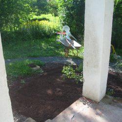 hier muss noch etwas Gras und Kraut vom Beet entfernt werden